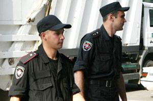 На дороге звездной четы оказались рядовой Губский (слева) и прапорщик Осипенко.