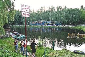 На озере можно не только отдохнуть, но и покататься на катамаранах.