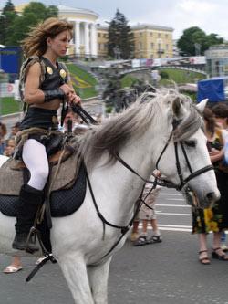 По главной улице страны ездили верхом на породистых лошадях.