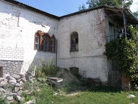 Только эта часть огромного дома Склифософских осталась нетронутой. Даже окна остались с тех времен.