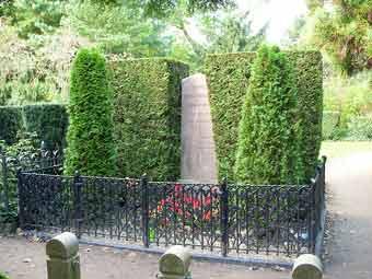 Так выглядела могила писателя до того, как по ней прошлись вандалы. Фото с сайта lenta.ru.