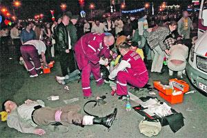 Неизвестная бомба, начиненная гайками, покалечила 50 человек.