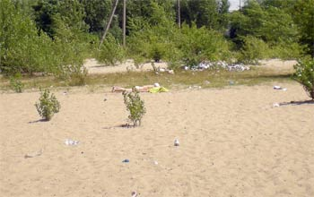 Песок на «Воронцовке» грязный, зато вода чистая.