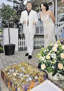 Лещенко с супругой решают, где им в хозяйстве может пригодиться набор посуды из старинного серебра.