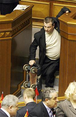 «Приказано не пущать!» - регионал Журавко держит оборону парламентской трибуны.