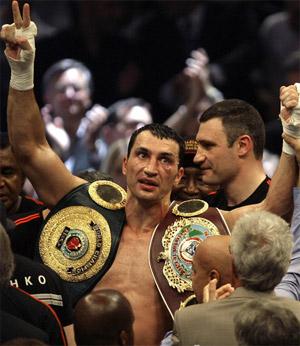Кличко-старший (справа) радовался победе брата, словно своей собственной.