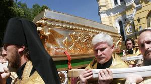 Гроб святой Варвары - уникальная работа киевских ювелиров. На его изготовление потратили 250 кг серебра и 6 кг золота.