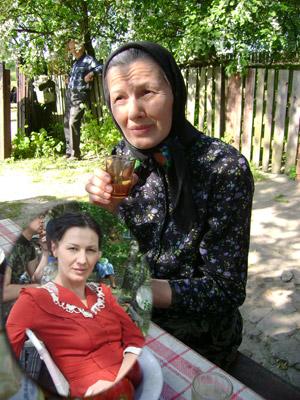 Лариса Руснак до нанесения грима (фото снизу) и после.