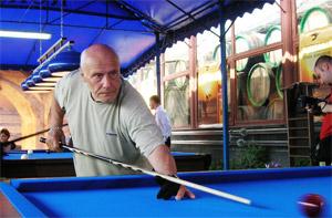 Александр Шалвович отлично играет в бильярд. Однажды он выиграл автомобиль!