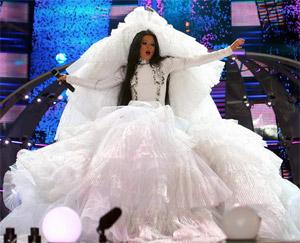 Для концертного свадебного платья Руслана заказывает отдельную гримерку!