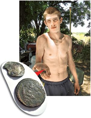 Аслан все-таки решился продать нам пару старинных монет за 50 гривен.