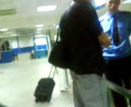 К милиционеру подошел пассажир, с просьбой помочь женщине.