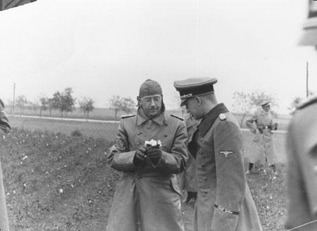 Генрих Гиммлер (слева) посетил оккупированную Украину, чтобы лично убедиться в пригодности причерноморских степей к расселению «новых людей».