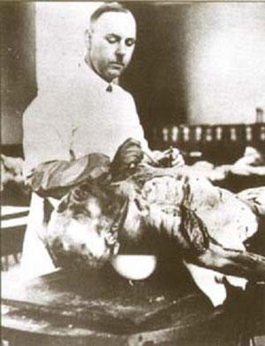 Август Хирт за работой в секретной лаборатории.