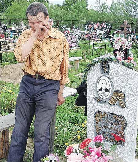 Зять Павел у могилки любимой тещи.