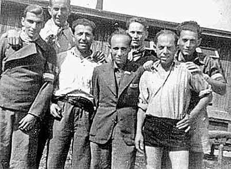 На этом фото, сделанном после освобождения в 1945 году, изображены «привилегированные» узники Заксенхаузена. Адольф Бургер (крайний справа во втором ряду) опирается на плечи своего друга - одессита Соломона Смолянова.