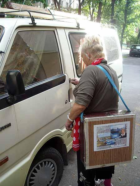 Вот в таком стареньком микроавтобусе живет неугомонная пенсионерка.