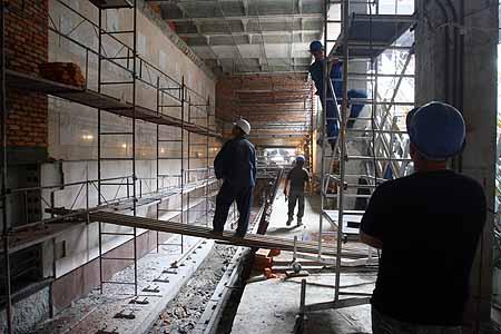 Строители «одевают» платформу «Демиевской» в белый мрамор.