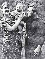 С женой Людмилой и сыном Аркадием.