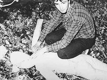 На следственном эксперименте Страка показывает, как убивал одну из жертв.