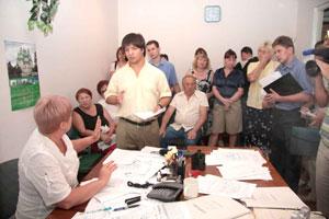 В кабинете начальника РЭУ 2 яблоку негде было упасть. У жильцов накопилась масса вопросов к конкретному должностному лицу.