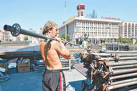 Конструкции для сцены на Майдане активно разбирают рабочие.