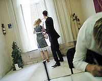 Алексей Панин нападает на корреспондента «КП» - фото сделано во вторник в гостинице «Золотой колос».