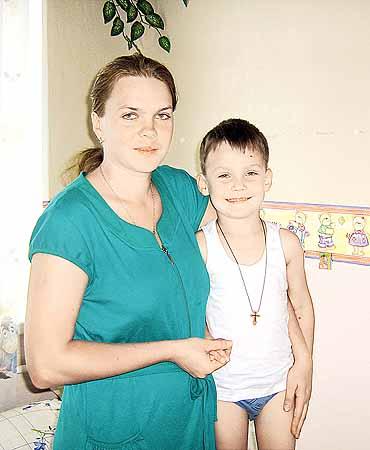 Через 5 дней после падения Алеша еще в больнице, но уже улыбается.