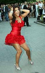 Перед публикой Ани Лорак появилась в коротком красном платье.
