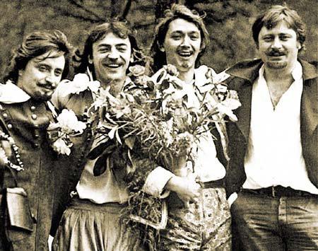 Атос, д'Артаньян, Арамис и Портос: - Но, слава Богу, есть друзья и, слава Богу, у друзей есть шпаги.
