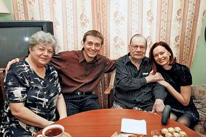 Встреча была очень теплой. Слева направо: Ирина Константиновна, Сергей Безруков, Михаил Иванович и Ирина Безрукова.