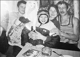Редкий момент семейного счастья (слева направо): Денис, любимый кот, младший брат Андрей, мама и отчим.