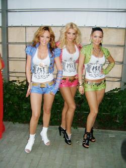 Девушки из «ВИА Гры» как всегда демонстрировали пышные бюсты и стройные ноги.