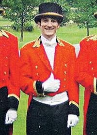 В ливрее королевского дворецкого Игорь выглядел вышколенным британским слугой. Фото с сайта thesun.co.uk