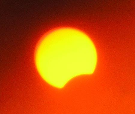Солнечный диск был закрыт только чуть-чуть.