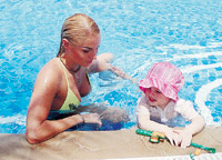 Настя Волочкова учила дочку плавать.