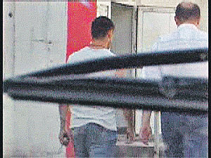 Заказчик (справа) вместе с «киллером» направляются в кафе обсудить завершение «дела». Через 20 минут подполковника арестуют (оперативная съемка из автомобиля).