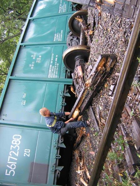 11 июля. Возле проходной ДЗМО сошли с рельсов 14 вагонов с углем. К счастью, никто не пострадал.