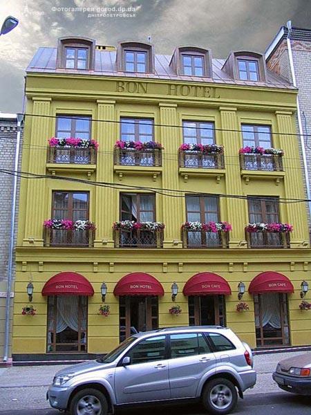 15 июля. Стало известно, что владельцем днепропетровской гостиницы «Бон-отель» стал российский миллиардер Роман Абрамович. В городе стали поговаривать, что владелец так готовится к личному участию в ЕВРО-2012.