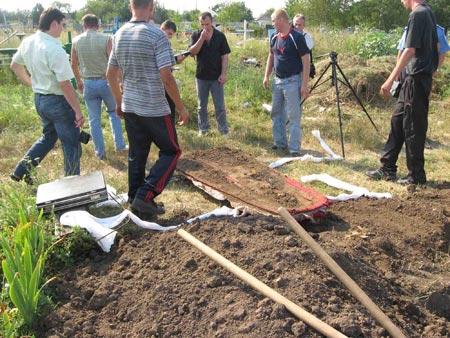 17 июля. На кладбище села Вербки (Павлоградский район) повторно эксгумировали тело, находящееся в могиле погибшей три года назад в ДТП 17-летней Иры Осадчей. Родители подозревают, что здесь похоронена не их дочь.
