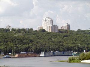 О скандальном доме на Грушевского, 9а, уродливо «выпирающем» над Днепром, чиновники уже даже не дискутируют.