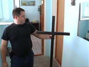 Сотрудники Гагаринского РОВД Севастополя изъяли крест как вещественное доказательство.