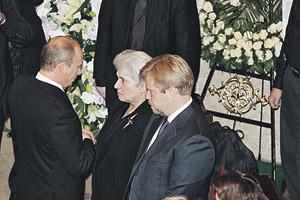 Владимир Путин поддержал в нелегкую минуту вдову Наталью Солженицыну и сына писателя Ермолая.