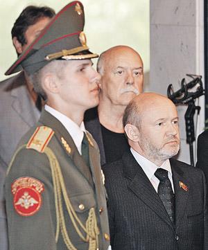 Проститься с Солженицыным пришли политики, артисты, правозащитники и просто люди, для которых он был духовным отцом. На фото режиссер Говорухин (в центре) и спикер Мосгордумы Платонов (справа).