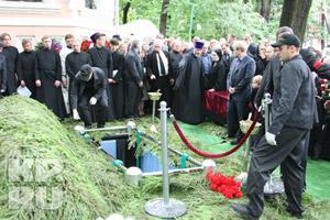После отпевания Солженицына похоронили в монастырском некрополе возле могилы историка Ключевского.