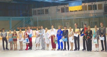 Мастер спорта Сазонец (восьмой справа) – чемпион страны в одиночном катании.