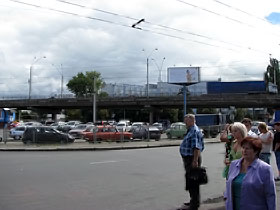 Автостоянка возле станции метро «Нивки» прямо под путепроводом.