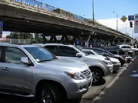 На рынке «Юность» машины паркуются везде.