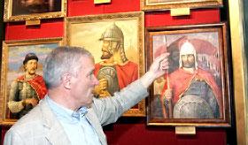 Петр Ющенко на открытии выставки проводил гостям экскурсию по залам.