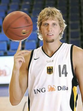 Дирк Новицки, 30 лет. Германия. Лидер немецкой баскетбольной сборной, лидер клуба НБА «Даллас Маверикс». Именно ему доверили нести флаг Германии на открытии Олимпиады-2008. Рост - 213 см, вес - 111 кг.